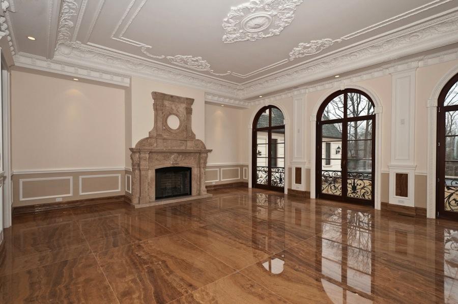 Как украсить потолок гипсовой лепниной
