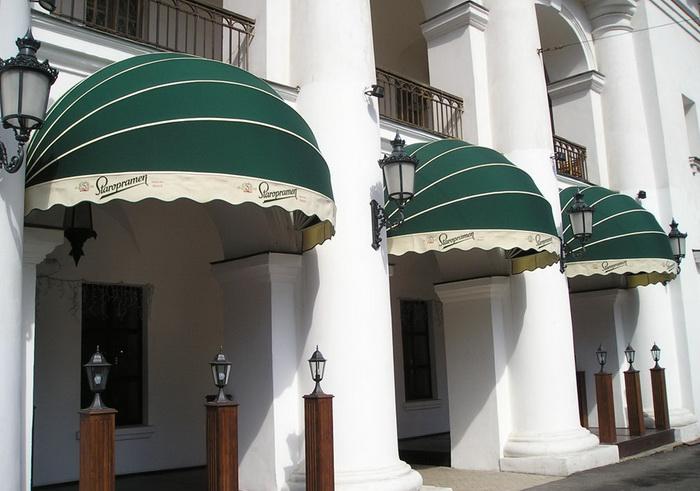 Декоративные эстетичные купольные маркизы на фасаде